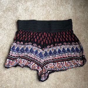 Patterned flowy shorts with black waist band